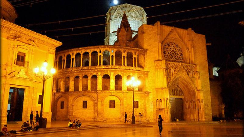 PLAZA DE LA VIRGEN. Valencia's most emblematic plaza under the moonlight.